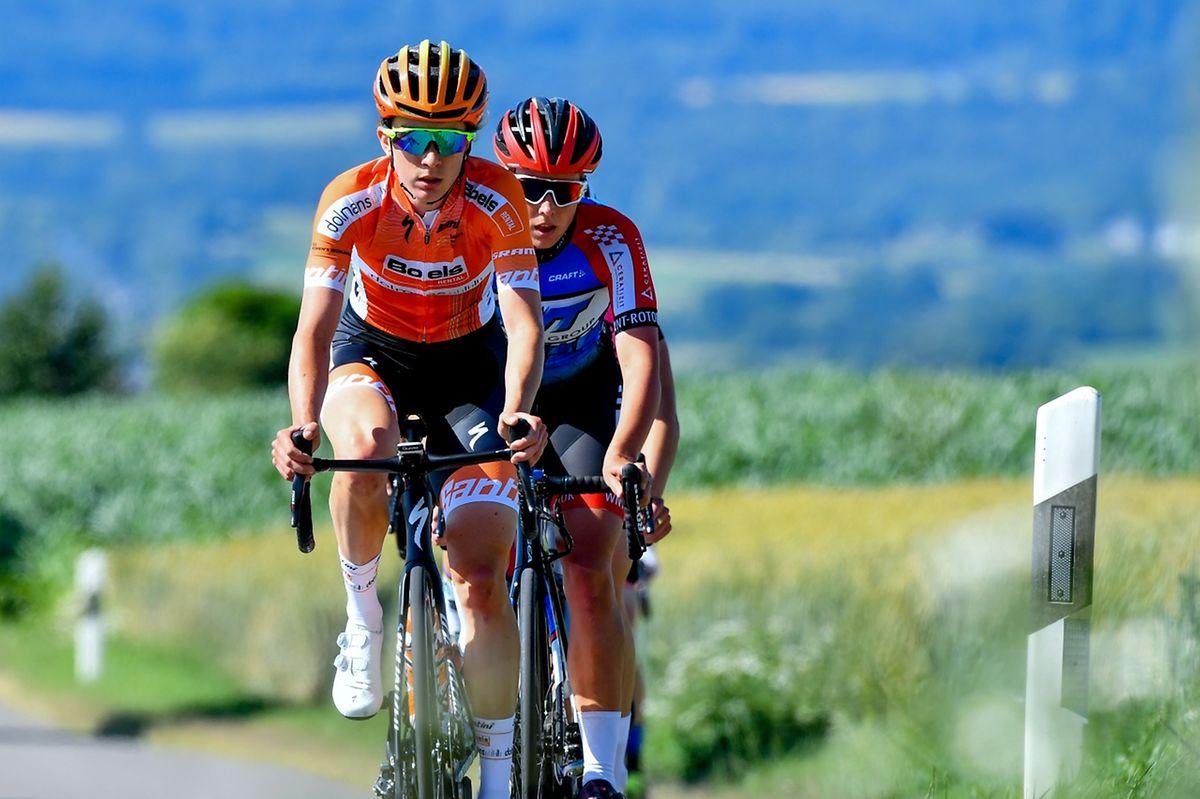 Christine Majerus (Boels-Dolmans) devant Elise Maes (WNT Cycling) en rase campagne.