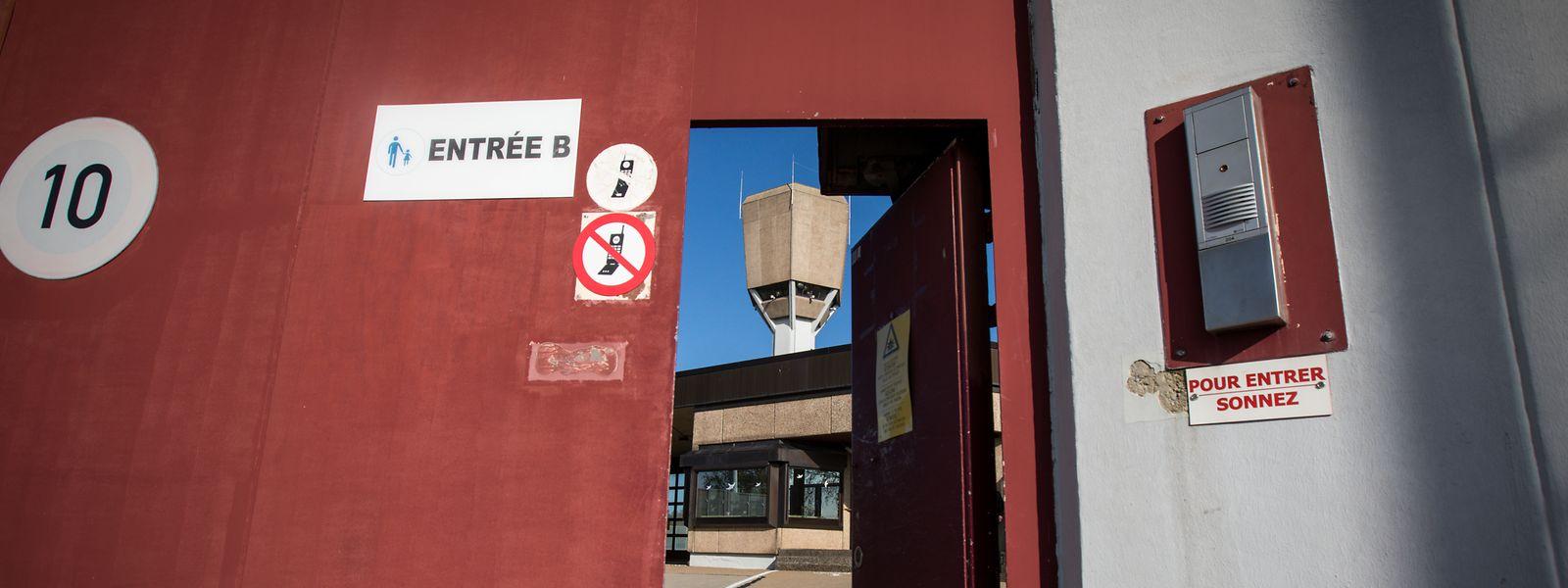 Die Mauern der Strafvollzugsanstalt in Schrassig sind allgemein bekannt. Was sich dahinter abspielt, wissen nur die wenigsten.
