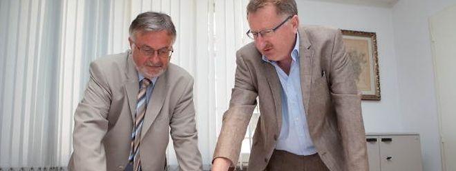 Fernand Ley und Charles Cloos von der Straßenbauverwaltung erklären die Pläne für die neuen Brücken in Mersch.