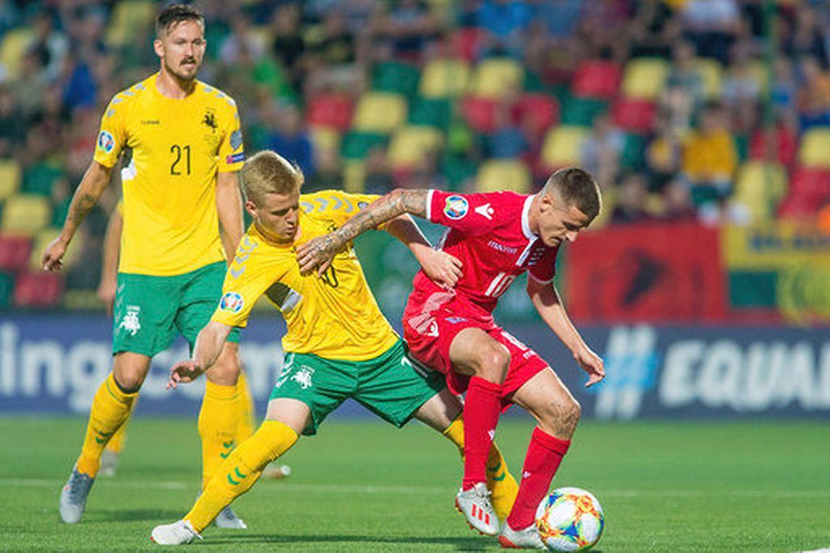 Vincent Thill excelle dans sa protection de balle devant le Lituanien Paulius Golubickas