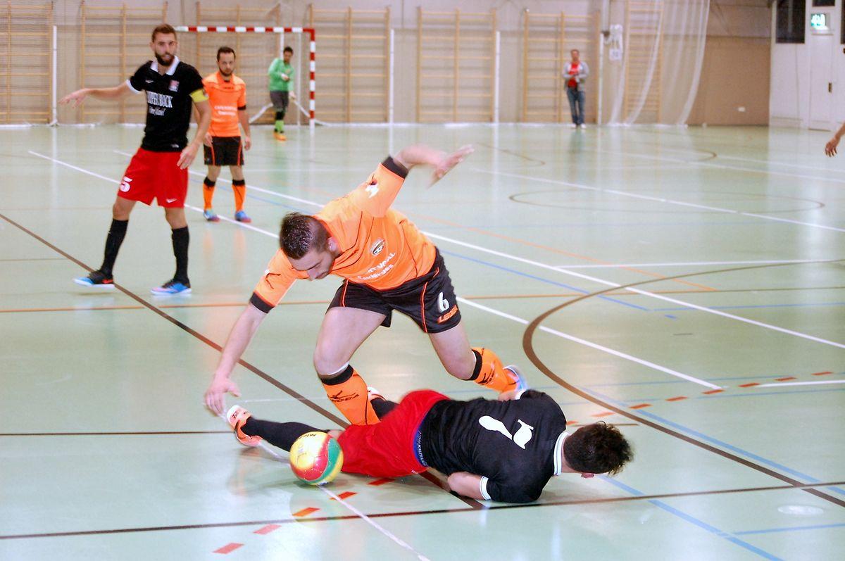 A l'image du duel entre Gabriel André (6) et Daniel Vieira (7), le match entre l'Amicale Clervaux et Differdange a été intense.