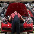 ARCHIV - 20.02.2019, Baden-Württemberg, Stuttgart: Mitarbeiter der Porsche AG montieren im Hauptwerk einen Porsche 718 Cayman. (zu dpa: «Bilanz Porsche AG» vom 15.03.2019) Foto: Marijan Murat/dpa +++ dpa-Bildfunk +++
