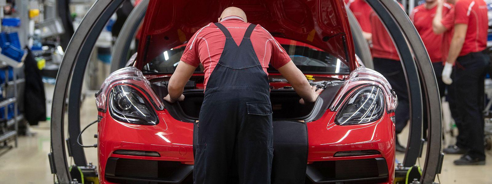 Mitarbeiter der Porsche AG montieren im Hauptwerk einen Porsche 718 Cayman.