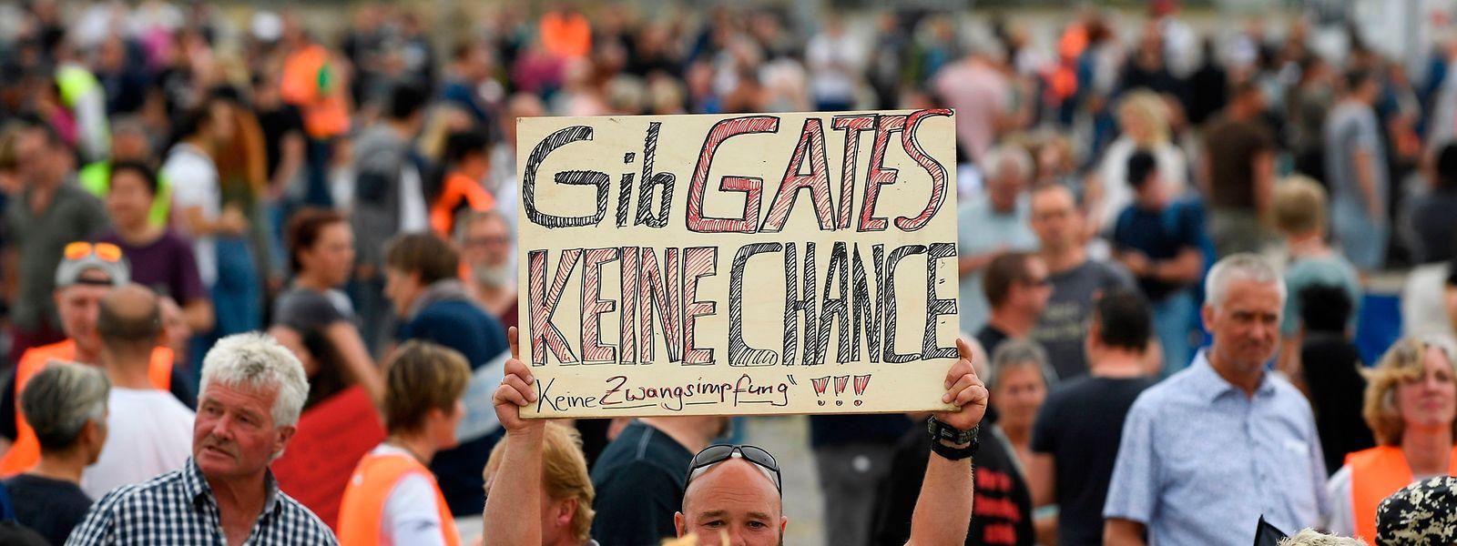 Bei einer Protestkundgebung in Stuttgart nehmen die Demonstranten unter anderem den Philantropen Bill Gates aufs Korn.