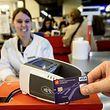 """Das Zahlen mit der """"contactless""""-Funktion wird vorerst ausschließlich per Visa- und Mastercard möglich sein. Auch die V-Pay Karten sollen aber bald mit dem neuen Chip ausgestattet werden."""