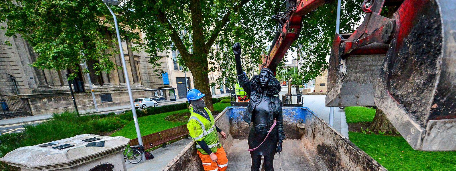 """""""A Surge of Power (Jen Reid) 2020"""" des prominenten britischen Bildhauers Marc Quinn, das in Bristol an der Stelle der gefallenen Statue des Sklavenhändlers Edward Colston aufgestellt wurde, wird vom Sockel entfernt."""