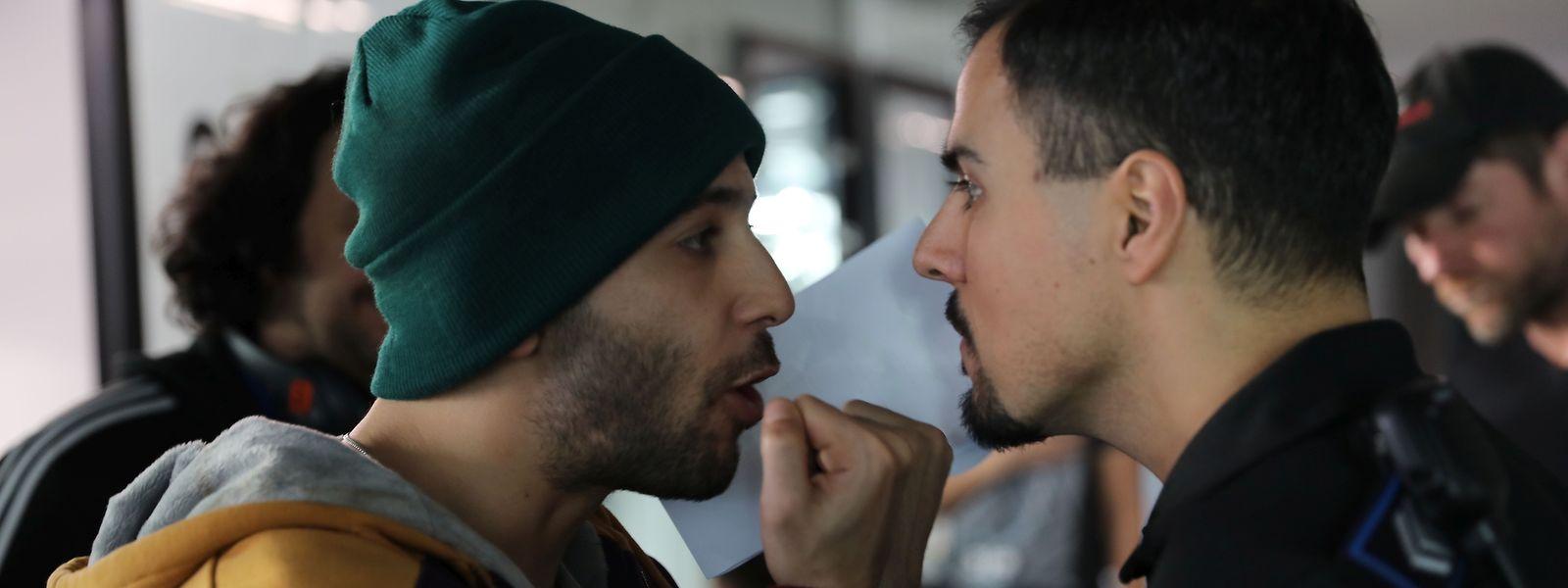 DJ Skaarab (Karim Kassem) gerät mit dem Luxemburger Polizisten Miguel (Nilton Martins) aneinander.