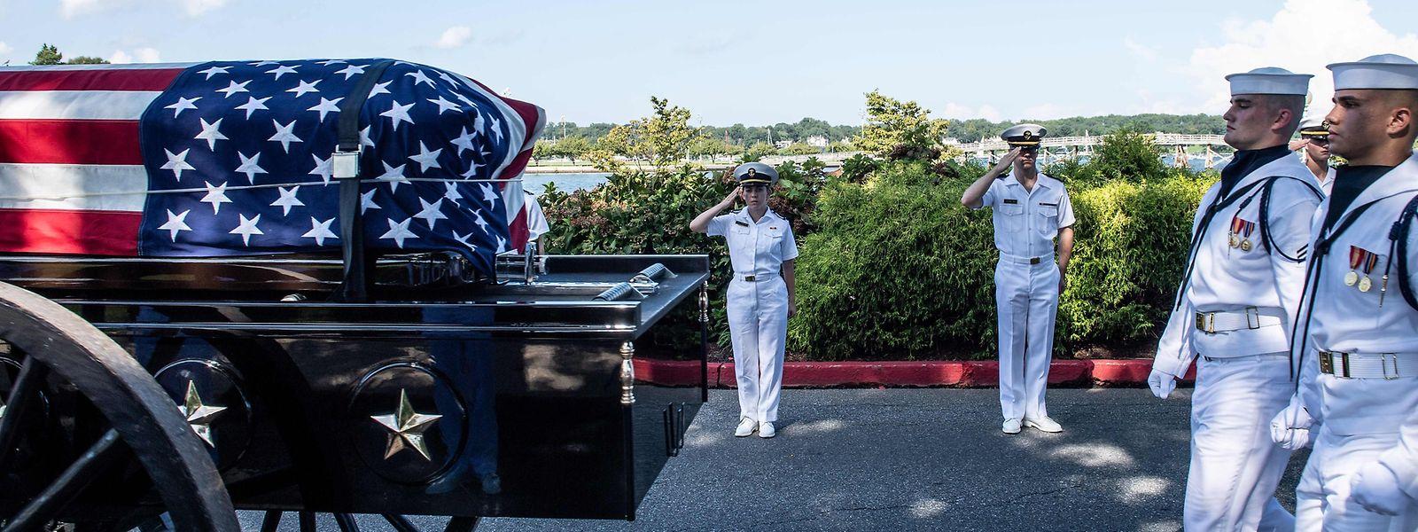 Der letzte Salut: Der in Amerika als Kriegsheld gefeierte John McCain wird auf der Marineakademie Annapolis mit militärischen Ehren zu Grabe getragen.