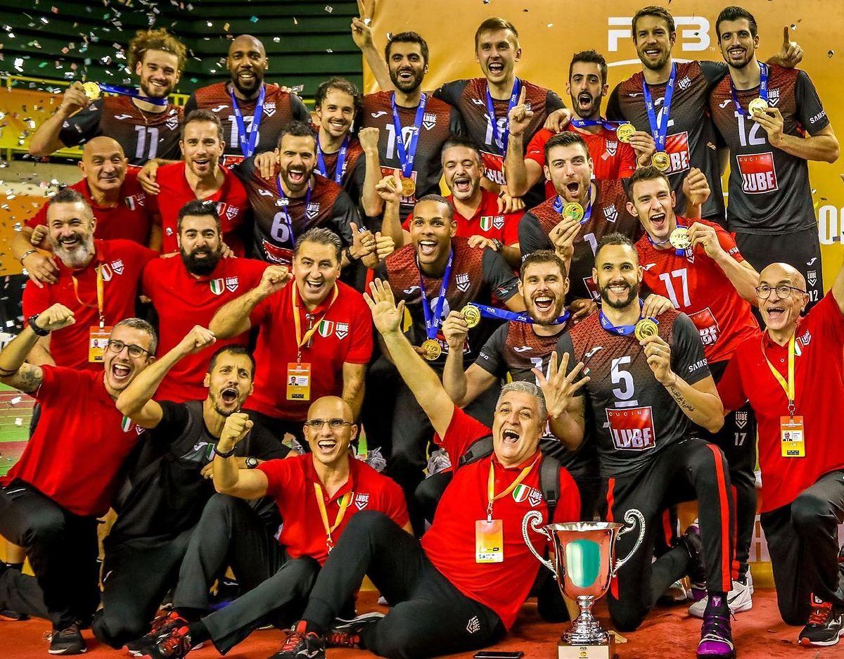 Das Team mit Kamil Rychlicki (oben links) feiert den WM-Titel.