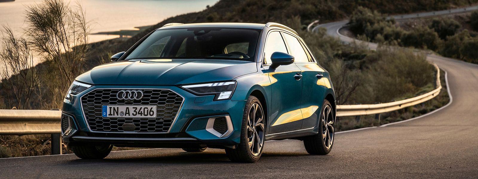 Der neue Audi A3 Sportback steht sportlich und straff auf der Straße.