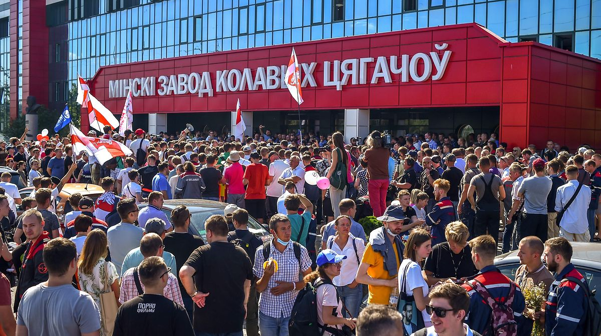 Vor dem Werk des Fahrzeugherstellers MZKT in Minsk versammelten sich am Montag zahlreiche Demonstranten.
