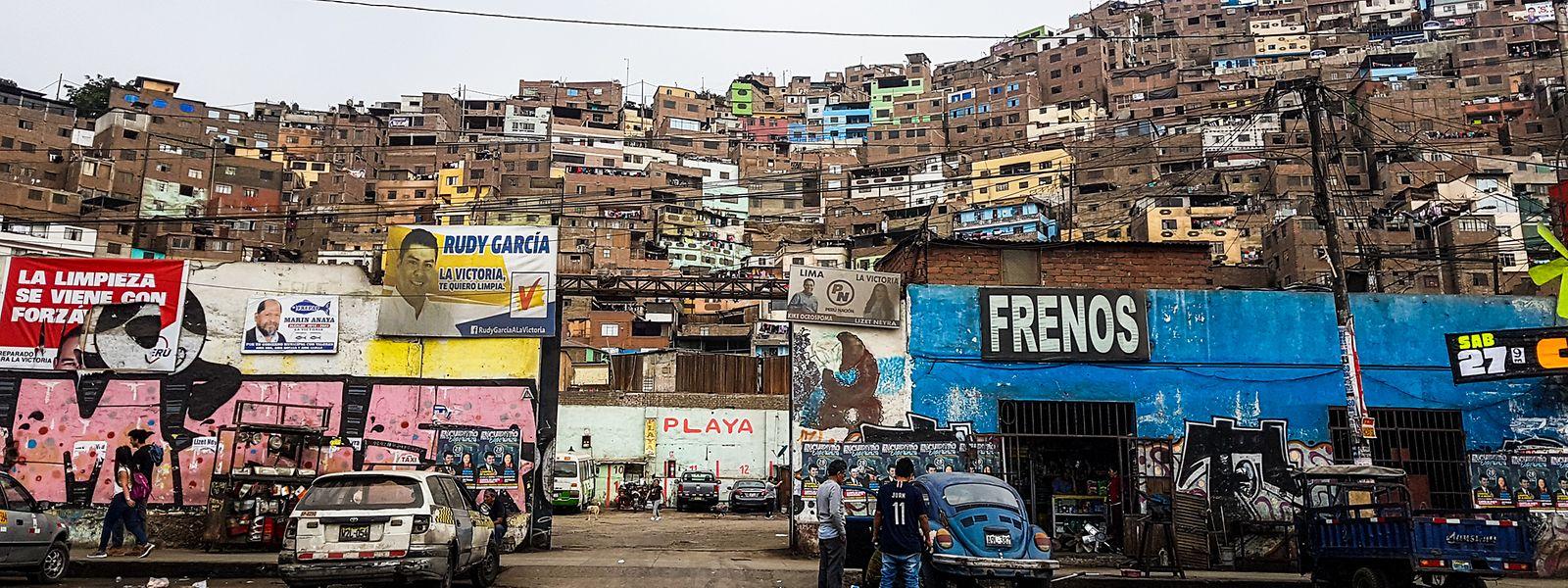 Ein Armenviertel in Lima. Für benachteiligten Familien ist es dort sehr schwierig, über die Runden zu kommen, wenn die Kinder nicht dazu verdienen.