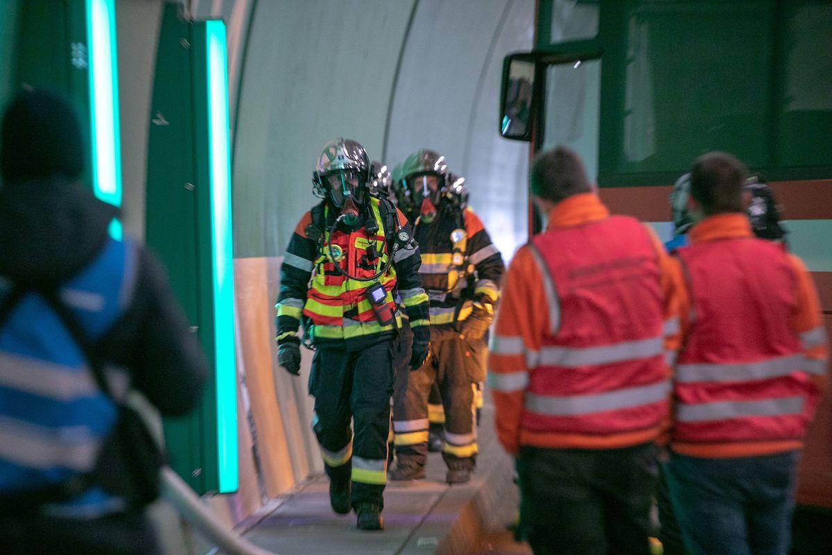 Dans le tube du tunnel, des systèmes d'alerte visuels et sonores se déclenchent automatiquement en cas de dégagement de fumée.