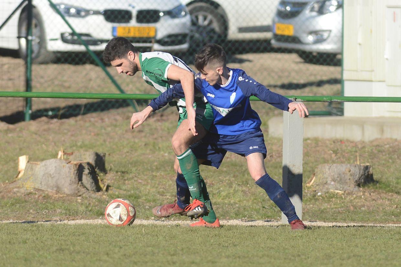 Ehnen- Walferdange 0-2. - David Agostino (Ehnen, en vert) face à Dany Medeiros.