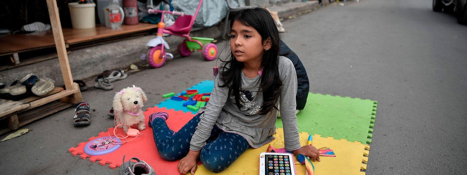 Ein afghanisches Flüchtlingskind in einem Camp in Athen.