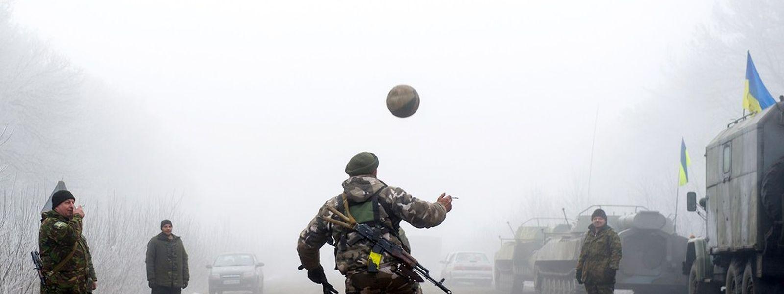 Militares ucranianos a jogar à bola durante o cessar-fogo deste domingo