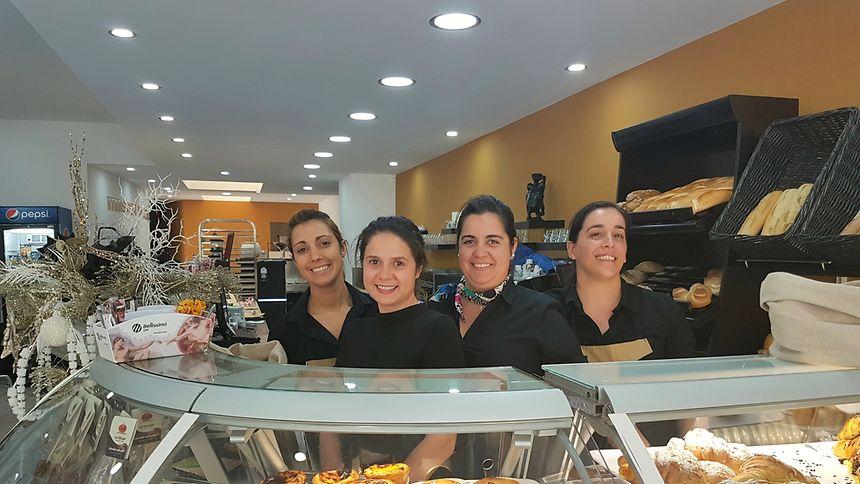A equipa do 'Pomme Cannelle'. A pastelaria padaria está aberta todos os dias das 6h30 às 19h e aos Domingos das 8h às 19h.
