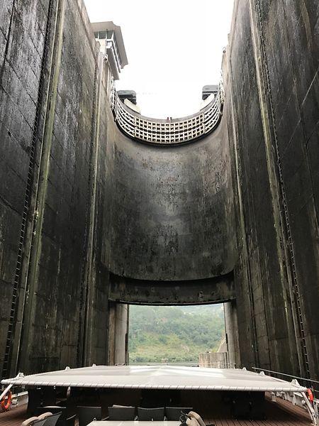 Imposante Schleusen – im Bild das Innere der Carrapatelo-Schleuse – zähmen den Douro. 30 Meter Fallhöhe und mehr sind keine Seltenheit.
