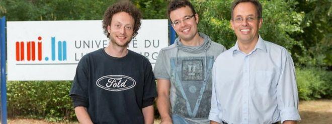 Die Doktoranden Sébastien de Landtsheer und Marco Albrecht mit Prof. Dr. Thomas Sauter (v.l.n.r.).
