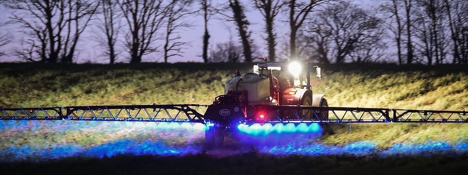 Ein Landwirt verteilt das Herbizid Glyphosat des Herstellers Monsanto auf einem Feld in Frankreich.