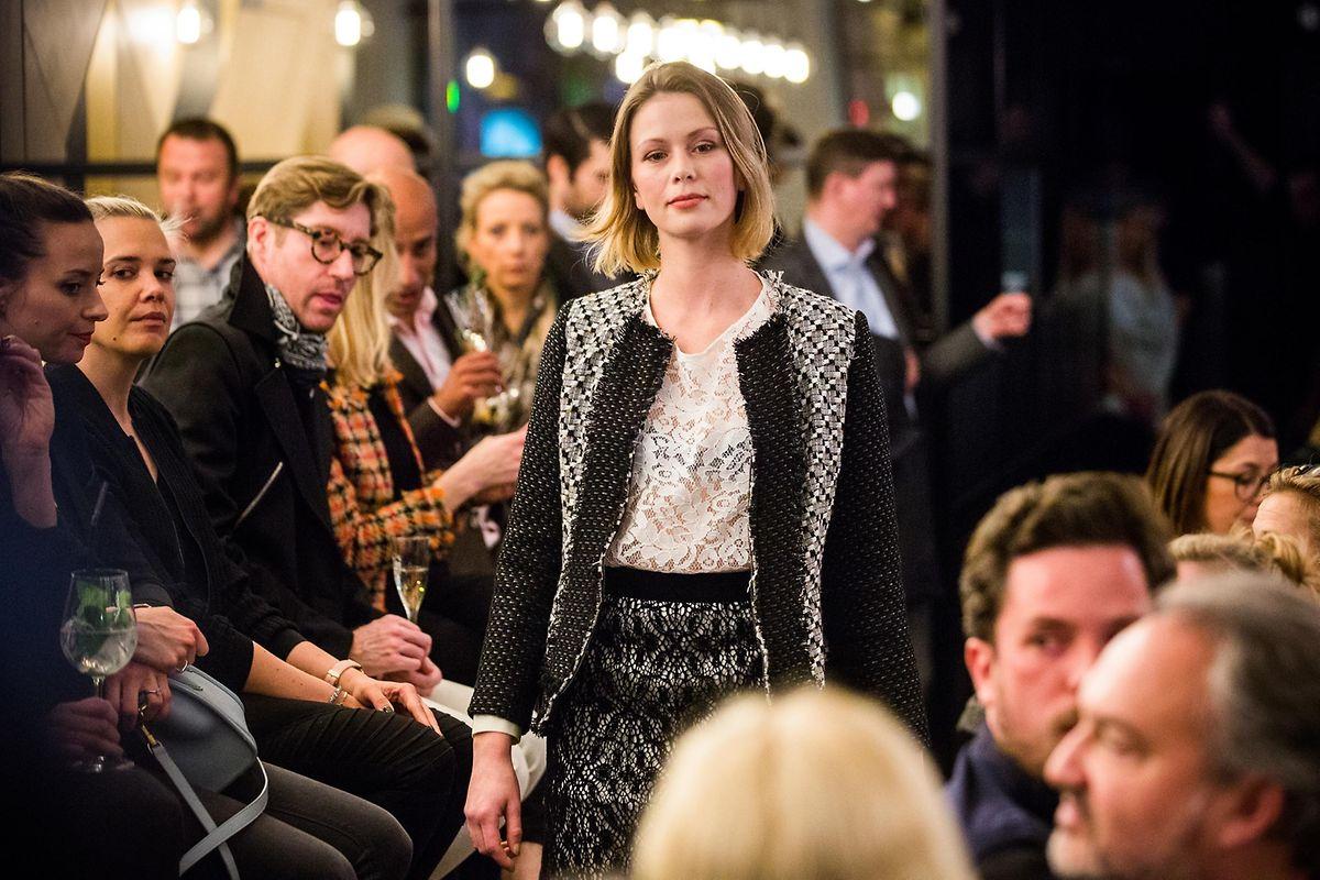 """Eine Bar als Laufsteg: Das """"Paname"""" wurde zur lebendigen Kulisse der Modenschau."""