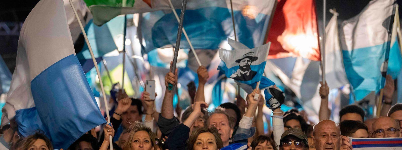 Anhänger des neu gewählten Präsidenten feiern am Donnerstag ausgelassen nach Bekanntgabe des Ergebnisses.