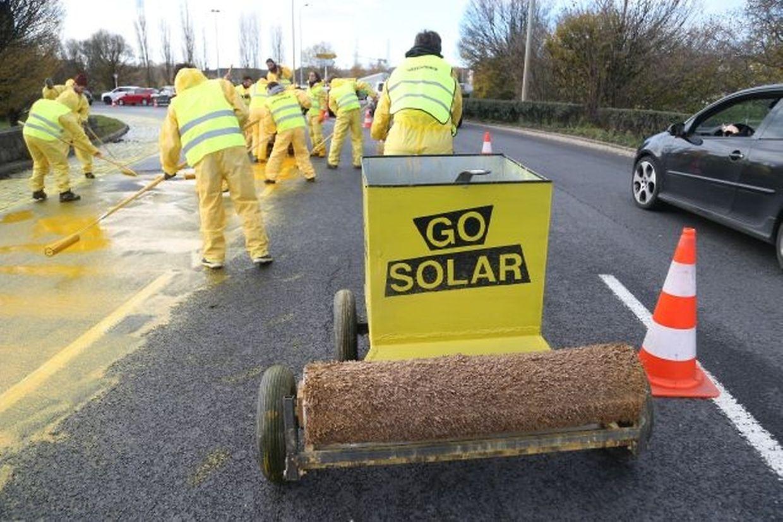 """Une trentaine d'activistes de Greenpeace ont participé à l'opération """"soleil"""" ce dimanche après-midi à Esch/Alzette."""