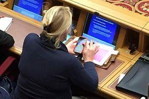 A deputada do CSV, que também é médica, passou grande parte do tempo agarrada ao telemóvel