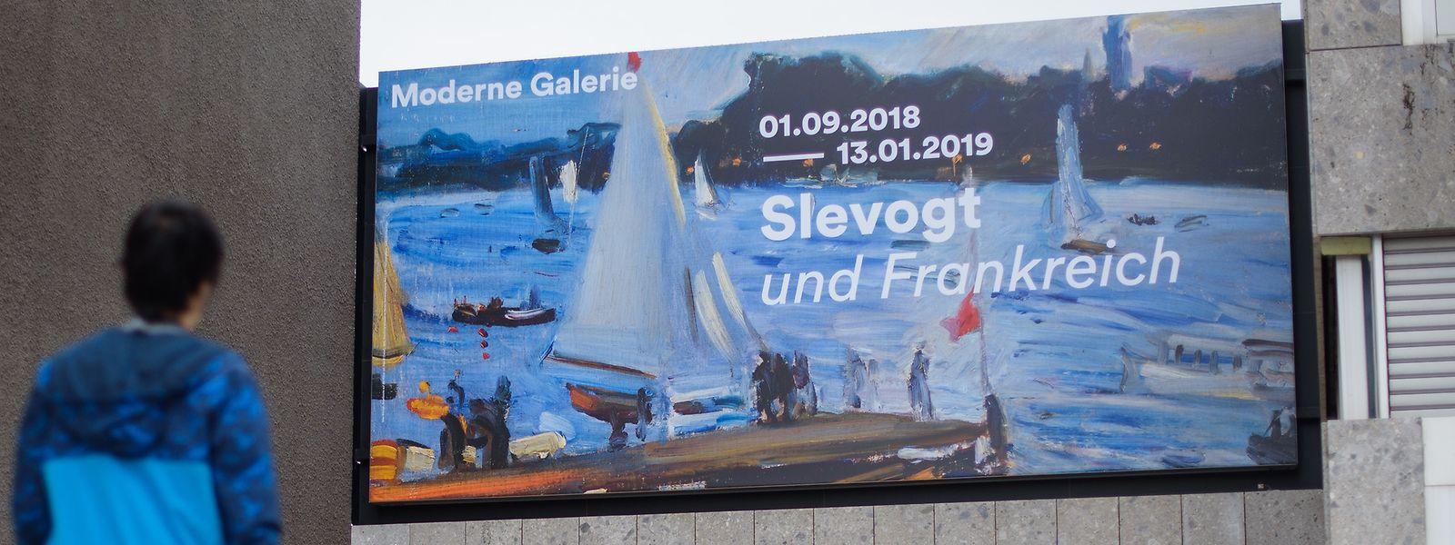 """Ein großes Plakat wirbt über dem Eingang der Modernen Galerie für die Ausstellung """"Slevogt und Frankreich"""". Anlässlich des 150. Geburtstages von Max Slevogt zeigt das Saarlandmuseum vom 01.09.2018 bis zum 13.01.2019 eine große Werkschau."""