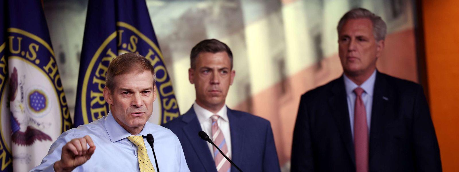 Nancy Pelosi lehnte die Nominierung der republikanischen Abgeordneten Jim Jordan (Links), und Jim Banks (Mitte) ab.