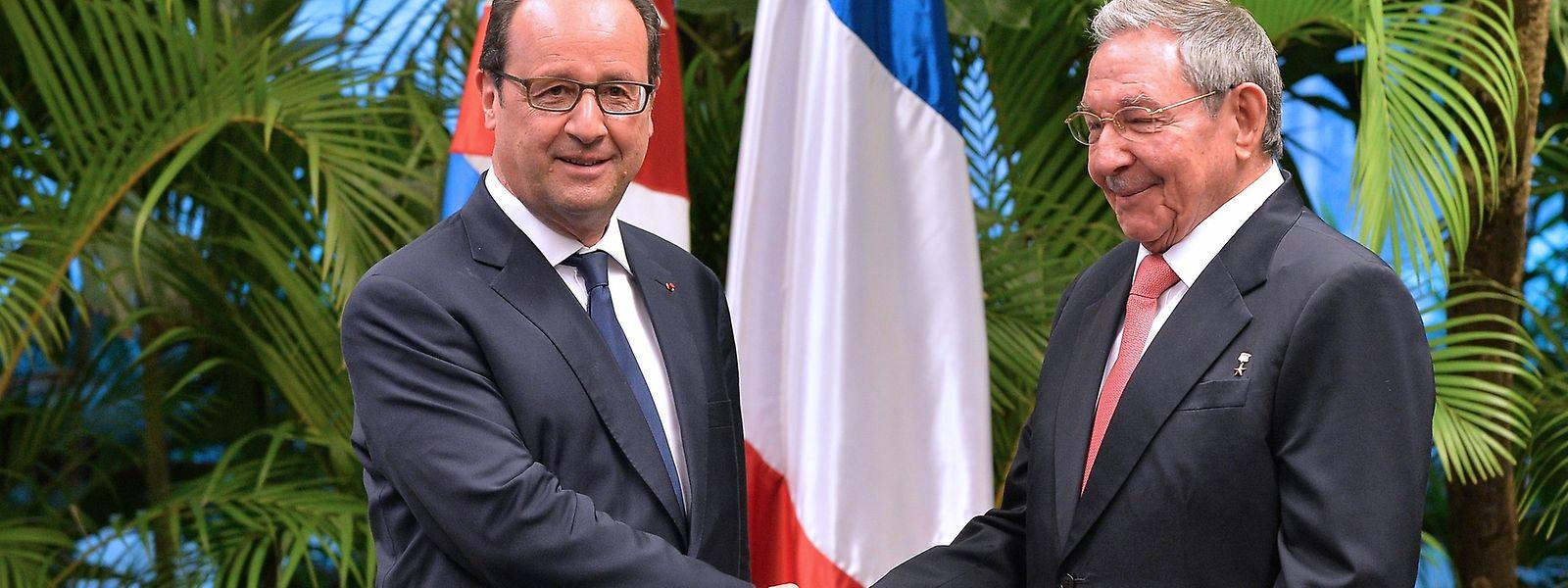 En soirée, le président français s'est aussi entretenu avec son homologue Raul Castro, qui a succédé à son frère Fidel en 2006.