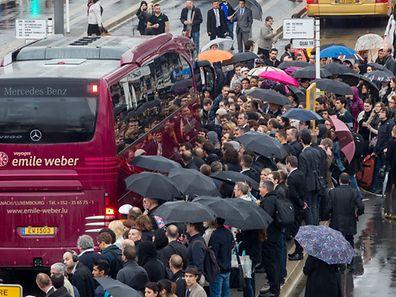 Hunderte Grenzgänger mussten sich am Montag am Bahnhof Luxemburg in Geduld üben.