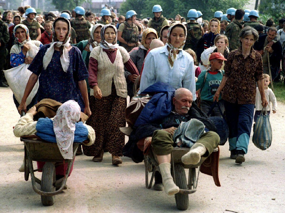 """Die niederländische UN-Einheit hatte den Völkermord nicht verhindern können. """"Feiglinge"""", wurden die Soldaten beschimpft. (Juli 1995)"""
