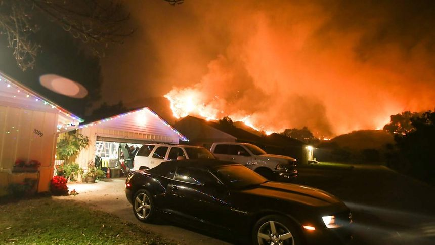 Fogo obriga à evacuação de oito mil casas na Califórnia