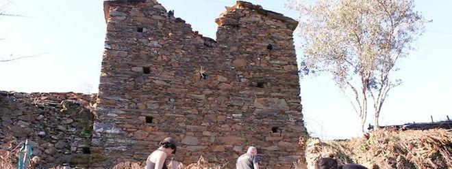 Ray e duas voluntárias preparam um viveiro de árvores na aldeia do Rossaio, perto de Góis