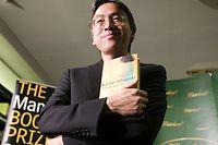 Kazuo Ishiguro en 2005 à la librairie Hatchards à Londres.