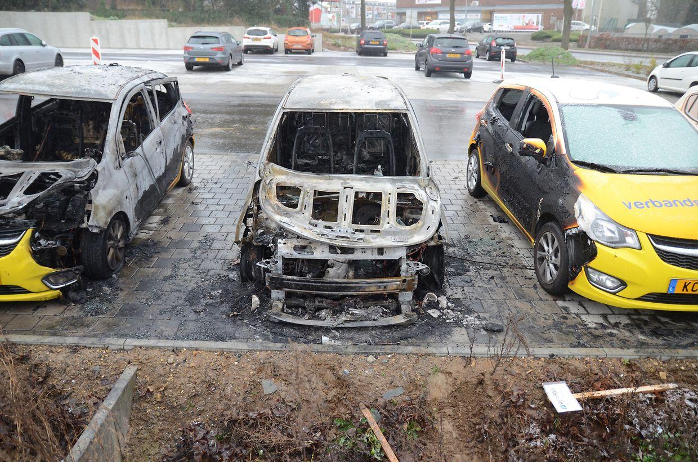 Zwei Autos brannten vollständig aus, zwei weitere wurden schwer beschädigt und sind als Totalschaden anzusehen.