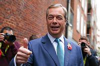 01.11.2019, Großbritannien, London: Nigel Farage, Vorsitzender der britischen Brexit-Partei, gibt einen Daumen nach oben bei einer Veranstaltung zum Auftakt der Wahlkampagne der Brexit-Partei. Foto: Steve Taylor/SOPA Images via ZUMA Wire/dpa +++ dpa-Bildfunk +++