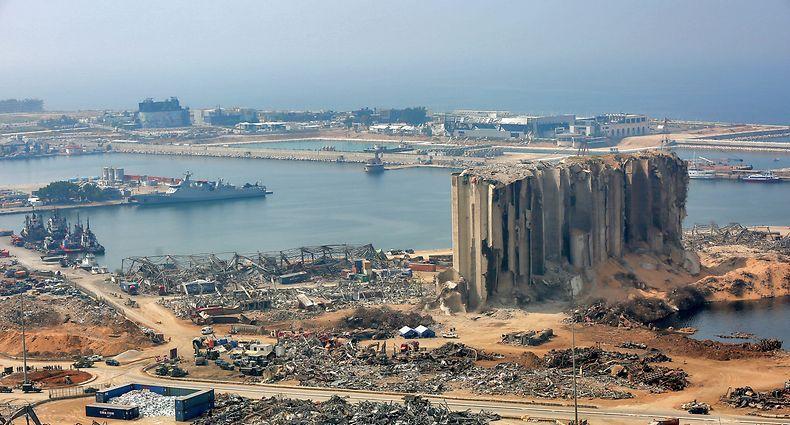"""ARCHIV - 03.09.2020, Libanon, Beirut: Die Trümmer eines Getreidesilos (r) sind am Hafen zu sehen. Bei der verheerenden Detonation am 04.08.2020 kamen mehr als 190 Menschen ums Leben, mehr als 6000 wurden verletzt. Die heftige Druckwelle zerstörte große Teile des Hafens und der umliegenden Wohngebiete. (zu dpa-Korr """"Beiruts langes Leiden: Spuren der Hafen-Explosion noch immer tief"""") Foto: Marwan Naamani/dpa +++ dpa-Bildfunk +++"""