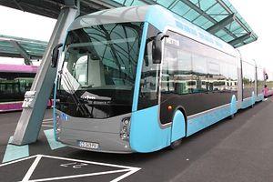 """Mettis, le nouveau réseau de transport en commun de la communauté d'agglomération Metz Métropole est """"sur les rails"""". Les premiers essais sont en cours avant son lancement public les 5 et 6 octobre 2013.Ici, le Bus à haut niveau de service (BHNS) sur sa plateforme qui lui est entièrement réservée.Le nouveau réseau Mettis s'étend sur 18 km et deux lignes A et B.  Mettis in Metz, Mettis in Metz  Keine Südtram, aber ein Hochkapazitätsbus könnte in Zukunft den Süden miteinander verbinden. Ein System, wie es in Metz eingesetzt wird, ist derzeit im Gespräch.⋌ (FOTO: MAURICE FICK)"""