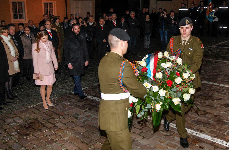 Das erbgroßherzogliche Paar legte im Gedenken an die Opfer des Krieges Blumen an der Place de la Résistance nieder.