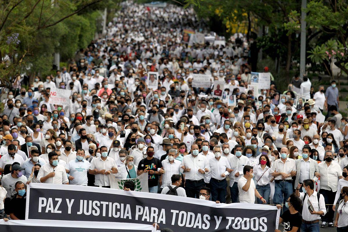 """Schüler, Lehrer und Aktivisten nehmen am Dienstag am """"Marsch des Friedens und der Gerechtigkeit"""" in Guadalajara teil."""