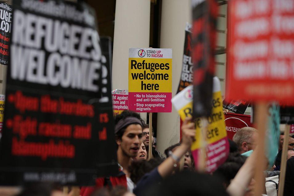 Sympathisanten protestieren vor der französischen Botschaft in London für eine bessere Behandlung von Flüchtlingen.