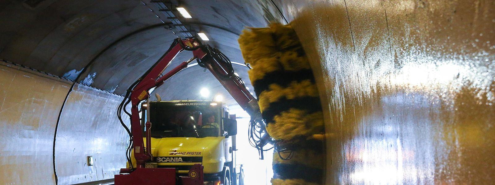 Die Tunnel-Putzmaschine kommt extra aus der Schweiz angefahren.