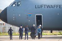 03.02.2021, Portugal, Lissabon: Ankunft des Corona-Teams der Bundeswehr auf dem Militärflughafen Figo Maduro. Das Bundeswehrteam hat unter anderem Beatmungsgeräte und Infusionsgeräte für schwerkranke Corona-Patienten dabei. Foto: Paulo Mumia/dpa +++ dpa-Bildfunk +++