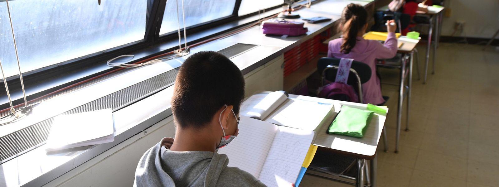 Dans la plupart des cas, les classes ont pu poursuivre l'enseignement malgré le cas positif signalé dans les rangs.