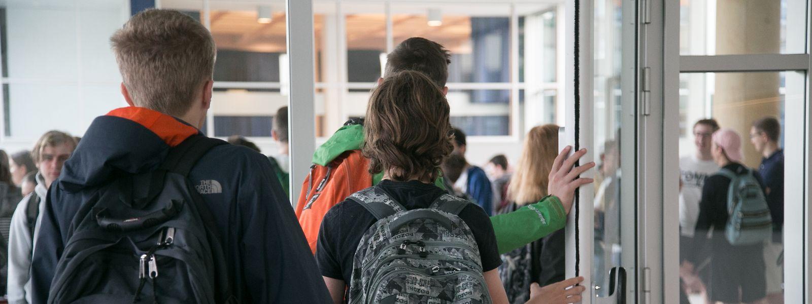 Die Trennung in zwei Gruppen wurde am Montag beendet. Seitdem werden immer wieder Einzelfälle an Schulen verzeichnet.