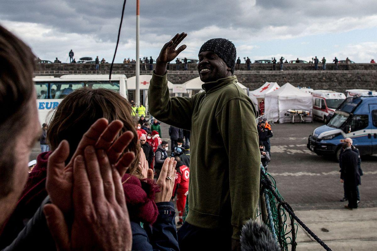 Refugiados resgatados pelo Sea Watch 3 a desembarcar no porto de Catânia, em Sicília