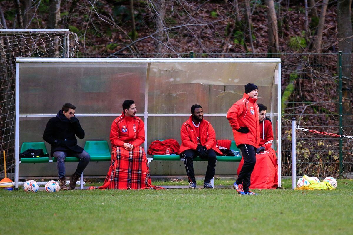 Le banc de Clervaux, avec le coach, Andrzej Jaworucki (à dr., avec le bonnet noir)