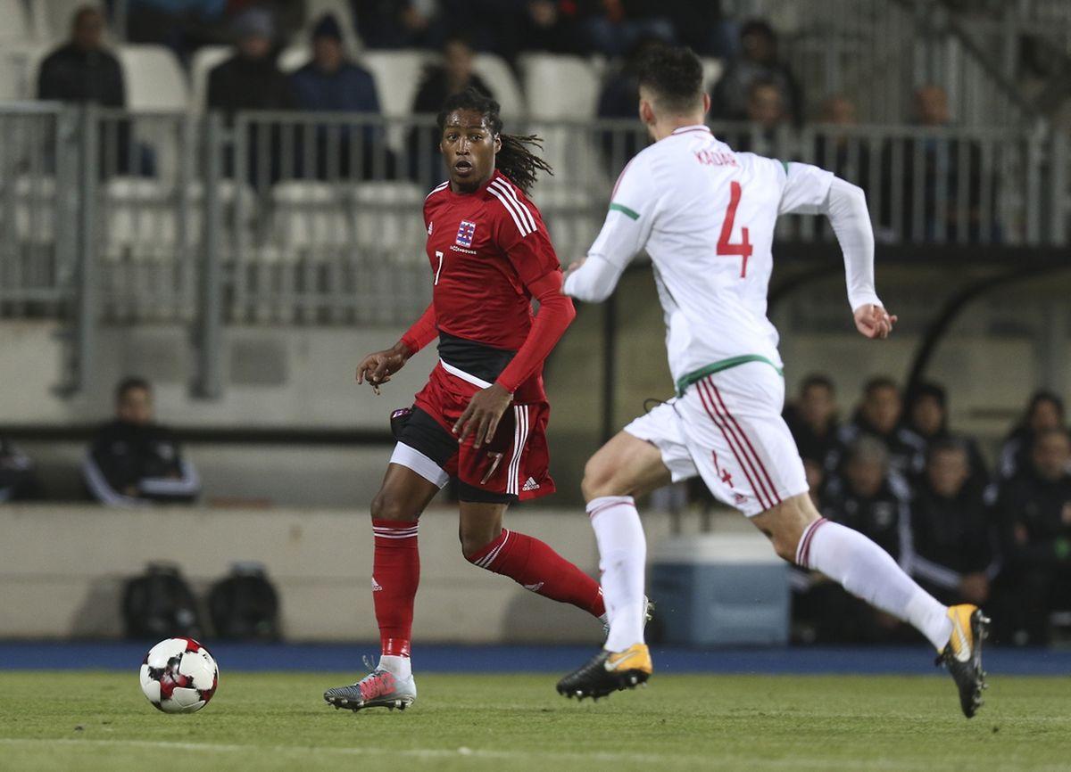 Gerson Rodrigues (devant le Hongrois Kadar) a joué dans un rôle d'ailier droit en possession de balle, se repliant à hauteur de la ligne médiane en perte de balle